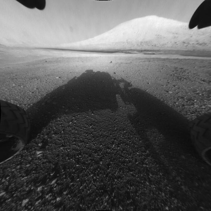 Her tar Curiosity-roveren et bilde av fjellet Aeolis Mons i midten av Gale-krateret. (Foto: NASA/JPL)