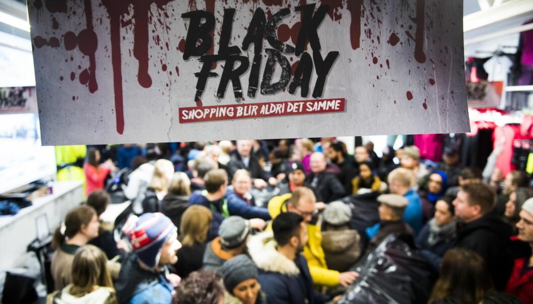 """Sånn ser det ut når flere tusen mennesker har møtt opp for å ta del i """"Black Friday""""-salget til Norwegian Outlet i Vestby i Akershus tidlig fredag morgen. Her fra timesalget til butikken Craft. (Foto: Jon Olav Nesvold / NTB scanpix)"""