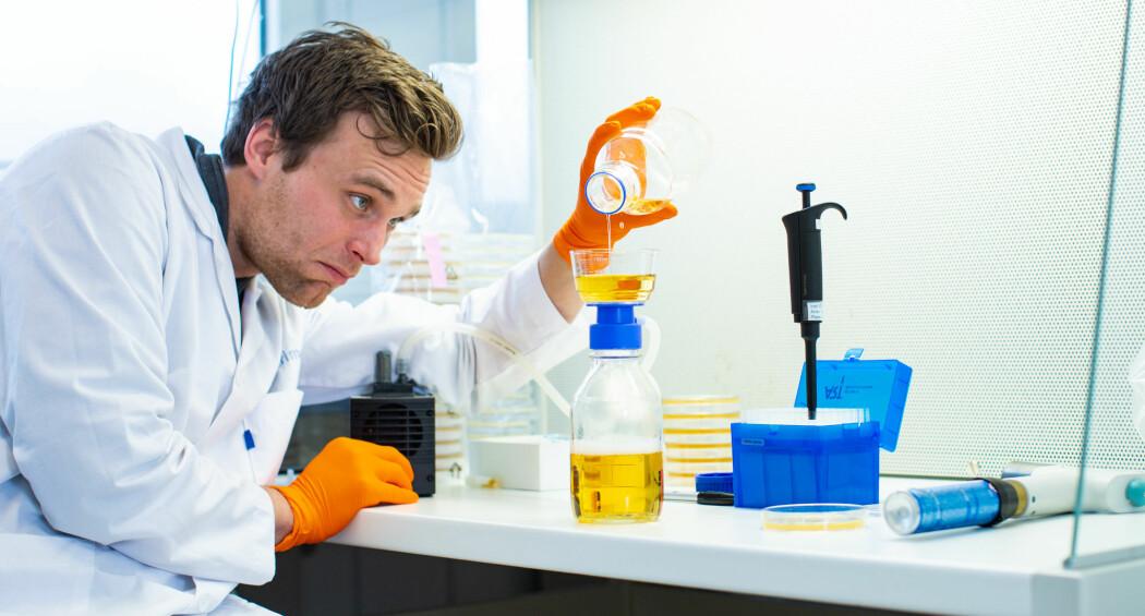 Forskere er godt i gang med forsøk som kan gjøre olje og pulver fra fiskerester til smakfull kost. Her er masterstudent Magnus Rein i gang med å teste ut olje. (Foto: Joe Urrutia)
