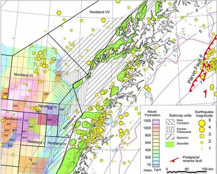 De gule sirklene er registrerte jordskjelv. Legg merke til hvordan en jordskjelvsone følger kysten av Helgeland og ender i Vestfjorden i Ofoten. Her blir jordskorpa strukket. Den viktigste forklaringen på det er trolig de store mengdene med sedimenter som ble brakt fra land og ut i havet under istidene som foregikk for «bare» 10 000 til tre millioner år siden. Lenger ute i havet er det også jordskjelv. Firkantene er leteblokker for olje og gass. Nå tror forskerne at mye olje og gass kan ha lekket ut fra blokkene utenfor Lofoten, på grunn av mange jordskjelv nettopp der. (Illustrasjon fra forskningsprosjektet)