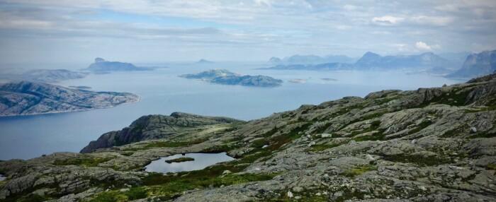 Her er det mest jordskjelv i Norge: Det grunne øy-havet langs kysten av Rødøy-kommune, med den karakteristiske Rødøyløva til venstre i bakgrunnen. Til høyre ligger Svartisen. (Foto: Bård Amundsen/forskning.no)