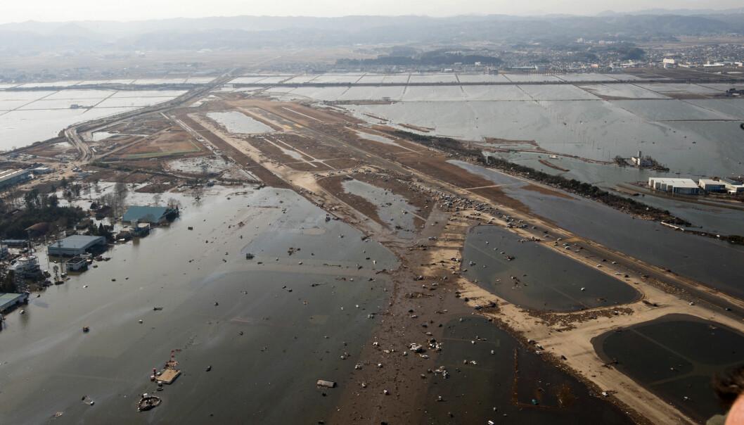 Flyplassen i Sendai i Japan etter tsunamien forårsaket av jordskjelvet i 2011. Selv om det var et bittelite signal, plukket et gravimeter opp tyngdekraftendringer etter dette jordskjelvet, ifølge en ny forskningsartikkel. (Foto: US Air Force)