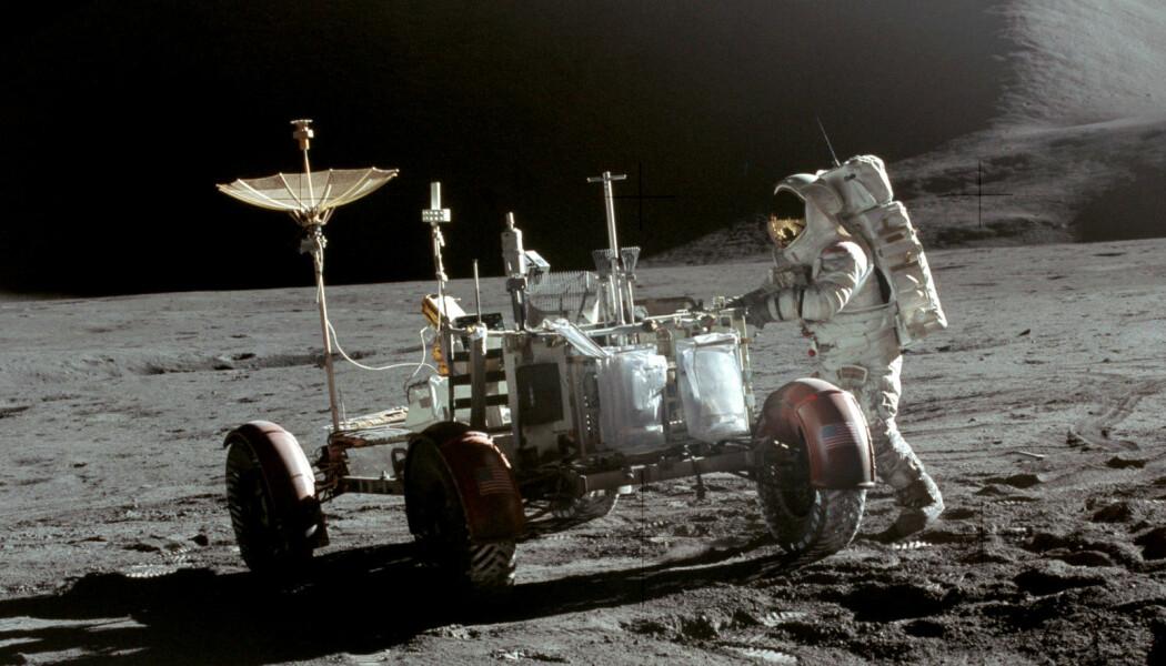 En av månebilene som står igjen på månen. Dette bildet er fra Apollo 15-oppdraget i 1971. (Bilde: NASA/David Scott)