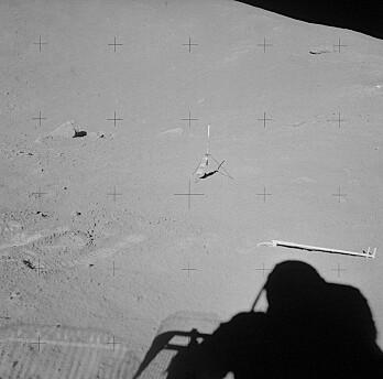 Diverse gjenstander som ble satt igjenpå månen, blant annet en klype. Dette bildet er også tatt på Apollo 15-oppdraget. (Bilde: NASA)