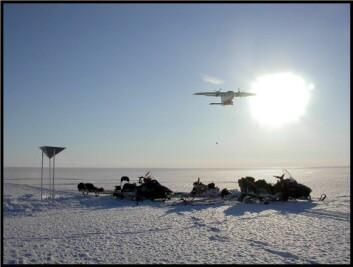 Dropp av reservedeler fra fly på Austfonna. (Foto: Andrea Taurisano, Norsk Polarinstitutt)