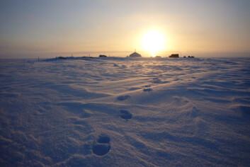 Midnattssol i teltleiren på toppen av Austfonna. (Foto: Thorben Dunse, UiO)