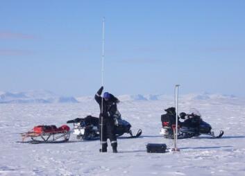 Måling av snødybde med sondering på toppen av Austfonna. Staken posisjoneres med en GPS-antenne på toppen. (Foto: Jon Ove Hagen, UiO)