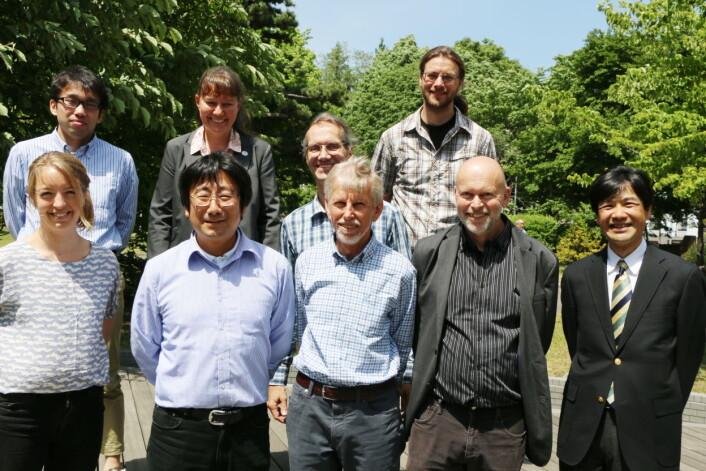 Jon Ove Hagen (UiO, framme i midten) flankert av CryoJaNo-koordinatorene Mamoru Ishikawa fra Hokkaido-universitetet og Bernd Etzelmüller (UiO). Bak fra venstre: Tatsuya Watanabe (Kitami Institute of Technology), Hanne Christiansen (UNIS), Ralf Greve (Hokkaido) og Thorben Dunse (UiO). På flankene framme: Karianne Lilleøren (UiO) og Shin Sugiyama (Hokkaido). (Foto: Runo Isaksen/SIU)