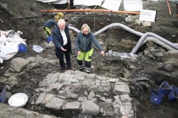 Utgravningsområdet ved Klemenskirken i Trondheim. På bildet sees prosjektleder i NIKU Anna Petersén og Riksantikvar Jørn Holme. Foto: Thomas Wrigglesworth, NIKU