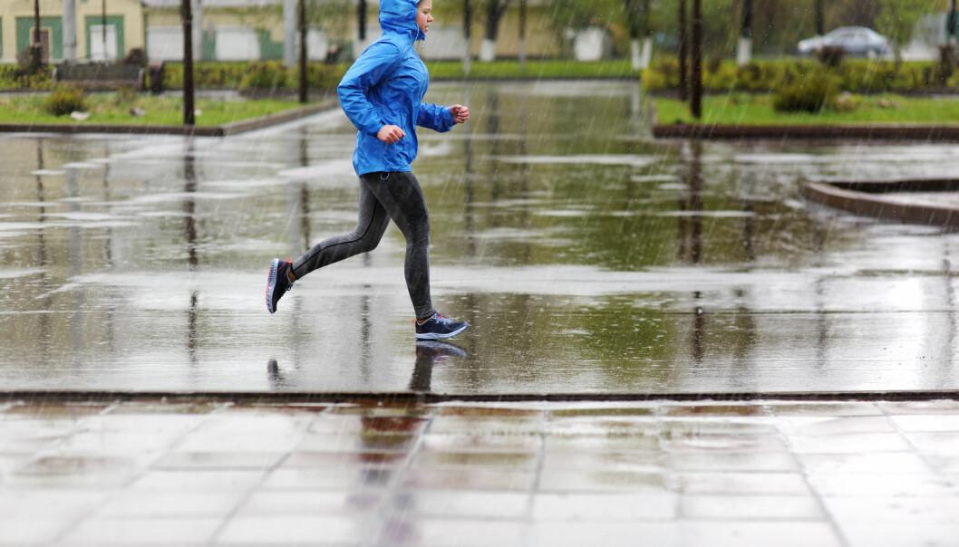 En regnværsdag kan gjøre at mange dropper joggeturen, men kan det være bedre å løpe når det regner? (Illustrasjonsfoto: LMproduction / Shutterstock / NTB scanpix)
