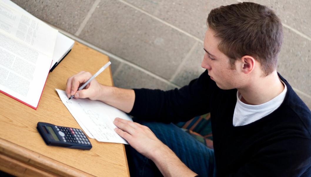 Ny studie tyder på at det er mulig å trene opp spesielle matematiske ferdigheter – og personer i slutten av 20-årene lærer dem raskere enn personer i tenårene. (Foto: Arena Creative / Shutterstock / NTB scanpix)