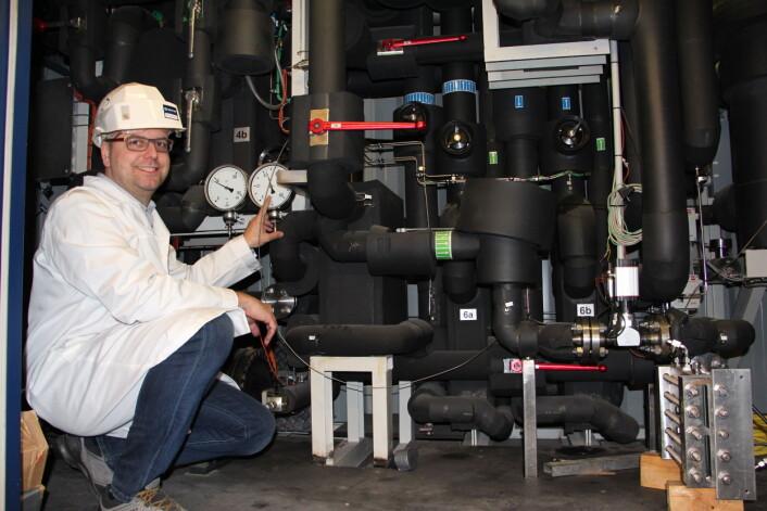 Bakgrunnen for prosjektet HeatUp er at industrien i stor grad bruker både olje- og gassfyring for å få opp temperaturen i svært mange industrielle prosesser. Nå har forskerne altså klart å utvikle mer miljøvennlige løsninger som også kan gi et løft for bunnlinja i dette prosjektet. Her er prosjektleder Michael Bantle i et av Sintefs energilaboratorium. (Foto: Christina Benjaminsen / Sintef)