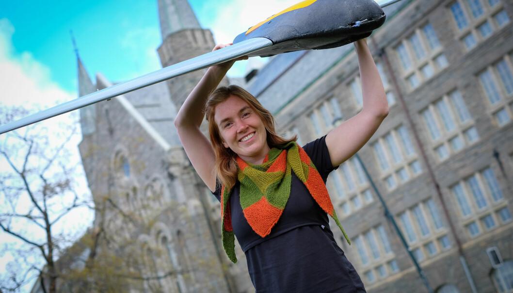 Siri Holthe Mathisen jobber for å få flydroner til å lande trygt på et lite område. Det åpner opp for nye bruksmåter for dronene.  (Foto: Stein Roar Leite/NTNU)
