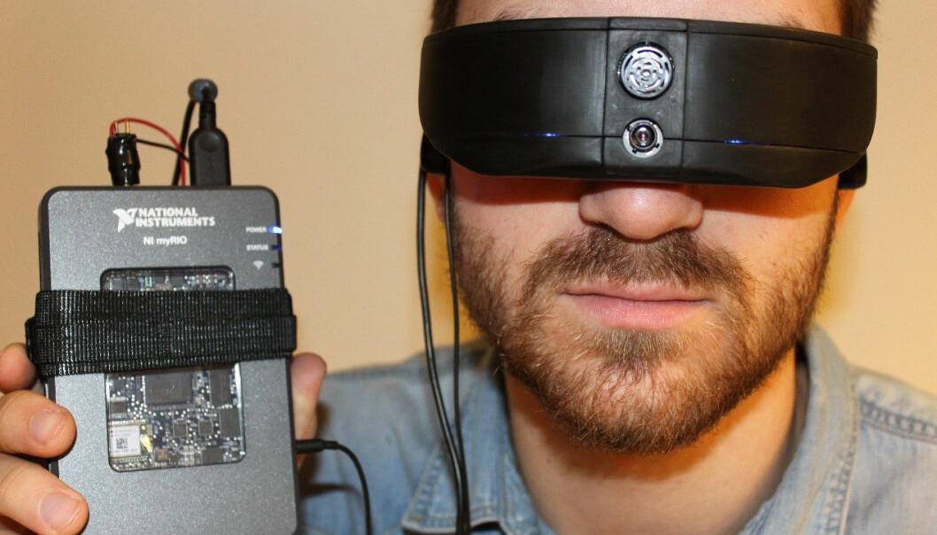 Sindre Bjørvik har på seg en prototype av Colorphone. (Foto: Dominik Osinski/ NTNU)