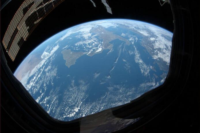 På dette bildet av Sør-Italia som liksom skal være tatt fra Den internasjonale romstasjonen (ISS), kan du tydelig se at kurvingen av jordkloden er blitt feil når NASA har forsøkt å lage et av de mange juksebildene sine fra verdensrommet. Det mener iallfall Flat jord-tilhengere. (Bilde fra Wikipedia/Creative Commons)