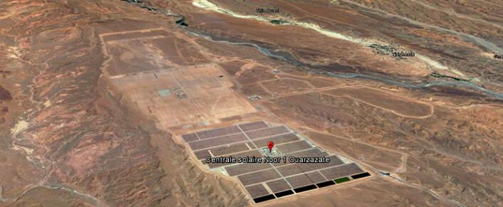 Ein gigantisk park for solenergi er under konstruksjon på eit platå mellom Altasfjella og ørkenen sør i Marokko. Foto: Google Earth)