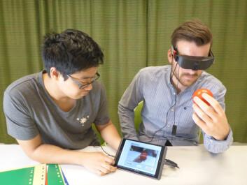 Sindre Bjørvik og en student tester Real-Time Colorohone-prototype. (Foto: Dominik Osinski/ NTNU)