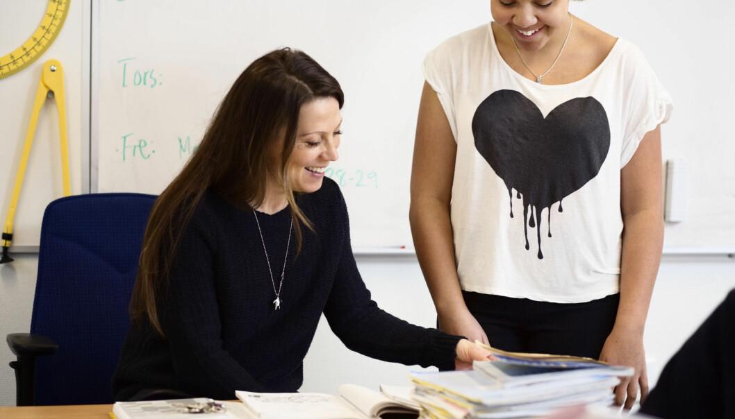 Det er ikke lenger bare prøver som teller. Forhandlingene om karakteren skjer også i friminuttene på skolen. Noen elever bruker alle muligheter til å forbedre seg – ved å oppsøke læreren etter timen, i gangen, på arbeidsrommet og per e-post. (Foto: Maskot/NTB scanpix)