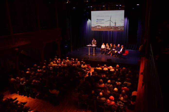 """""""Stinn brakke"""" når NTNU, Adresseavisen og Technoport hadde folkemøte på Byscenen i Trondheim. Folkemøtet ble streamet også. En veldig fin måte å ha dialog med folket på. (Foto: Lars R. Bang / NTNU)"""