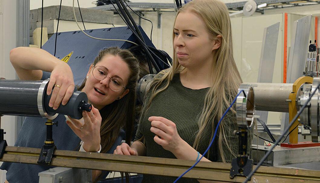 Stipendiat Anne Marit Rykkelid og masterstudent Vera Helene Tormodsrud bestråler kreftceller med protoner på Oslo-syklotronen. (Foto: Hilde Lynnebakken/UiO)