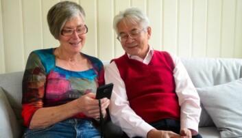 Reidun Gully har testet ut EziSmart i to måneder, og det er hennes første smarttelefon. Richard Chan (t.h) har utviklet utvidet GPS i telefonen.  (Foto: Lisbet Jære)
