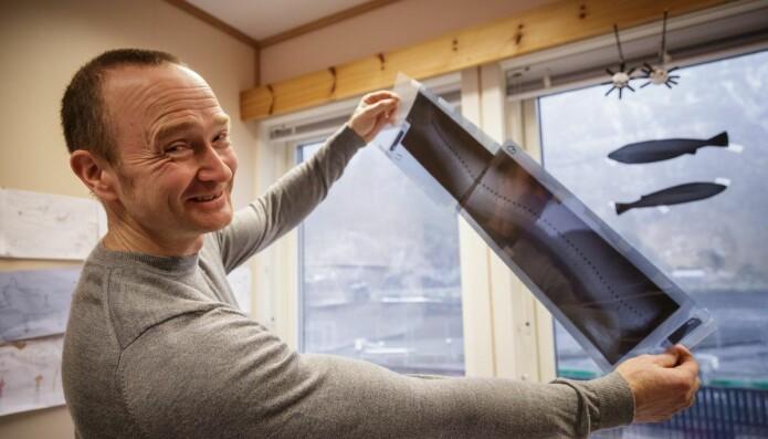Per Gunnar Fjelldal viser fram eit røntgenbilete av den eldre typen. (Foto: Erlend A. Lorentzen/HI)
