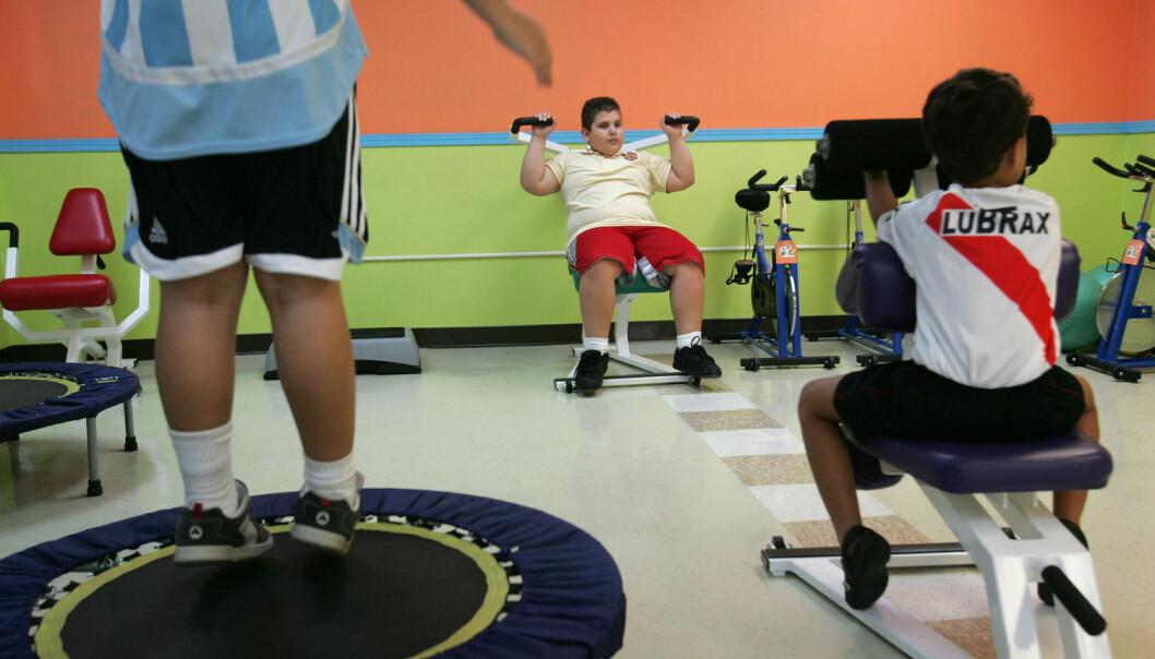 Barna som går gjennom behandlingsopplegget synes det er lettere å prøve nye ting og utfordre seg selv i grupper der alle har litt større kropp enn gjennomsnittet i vanlige skoleklasser, ifølge forskerne fra Senter for sykelig overvekt. Dette illustrasjonsbildet er ikke fra behandlingsopplegget deres, men fra et treningssenter for overvektige barn i Puerto Rico. (Foto: Brennan Linsley / AP Photo / NTB Scanpix)