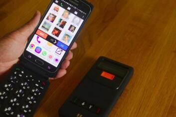 Prosjektleder Hanne Opsahl Austad i SINTEF mener problemet med de fleste smarttelefoner utviklet for eldre er at de henger etter teknologisk. Med ExiSmart kan en få helt ny teknologi, samtidig som den har funksjoner som gjør den lettere å bruke. Blinde kan spesielt ha nytte av det eksterne tastaturet. (Foto: Lisbet Jære)