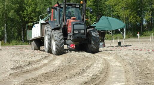Tunge maskiner pakker jorda for hardt