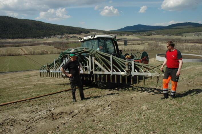 Bruk av slangespreder i stedet for store gjødselvogner reduserer faren for jordpakking. Bildet er tatt i Alvdal. (Foto: Jon Schärer)