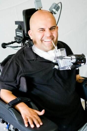 Eric Sorto har fått implantert to mikrochiper på hjernebarken slik at han nå kan styre en robotarm med tankens kraft. Fremtidens hjernechiper kan kanskje også gjøre deg mer intelligent. (Foto: S. Kellis/C. Klaes, Caltech)