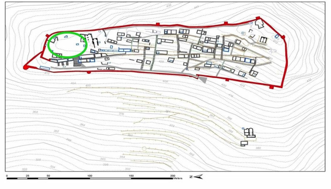 Åtte år med undersøkelser satte de norske arkeologene i stand til å lage dette kartet over fjelltoppbyen Kastro Apalirou på Naxos. Bymuren (rød) hadde bare en eneste inngang. Siden byen lå på toppen av et fjell, var innbyggerne helt avhengig av å samle regnvann i mange cisterner (blå). Det innringede området var byens torg.