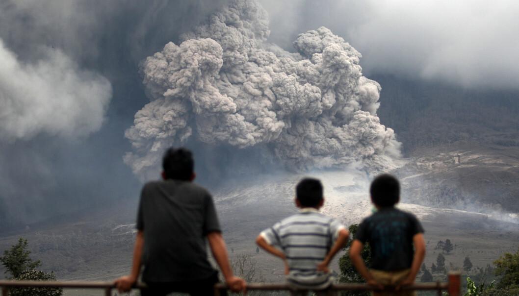 Folk ser på en pyroklastisk strøm fra et utbrudd fra Sinabung-vulkanen i Indonesia i 2014. (Bilde: AP Photo/Binsar Bakkara/NTB Scanpix)
