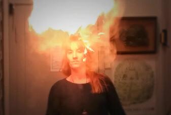 Se forskerens triks:Skogplanten lager en flammesky!