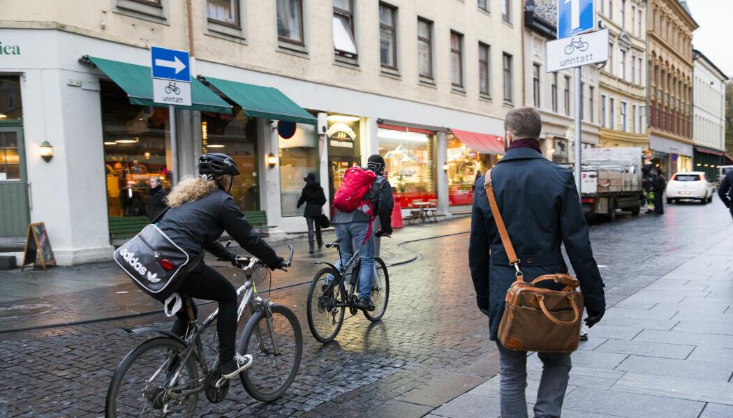 Hvis vi skal øke andelen forgjengere i byen, er det nødvendig å gjøre områder og gater mer gåvennlige, mener forskerne. Som her i Torggata i Oslo. (Foto: Berit Roald, NTB scanpix)