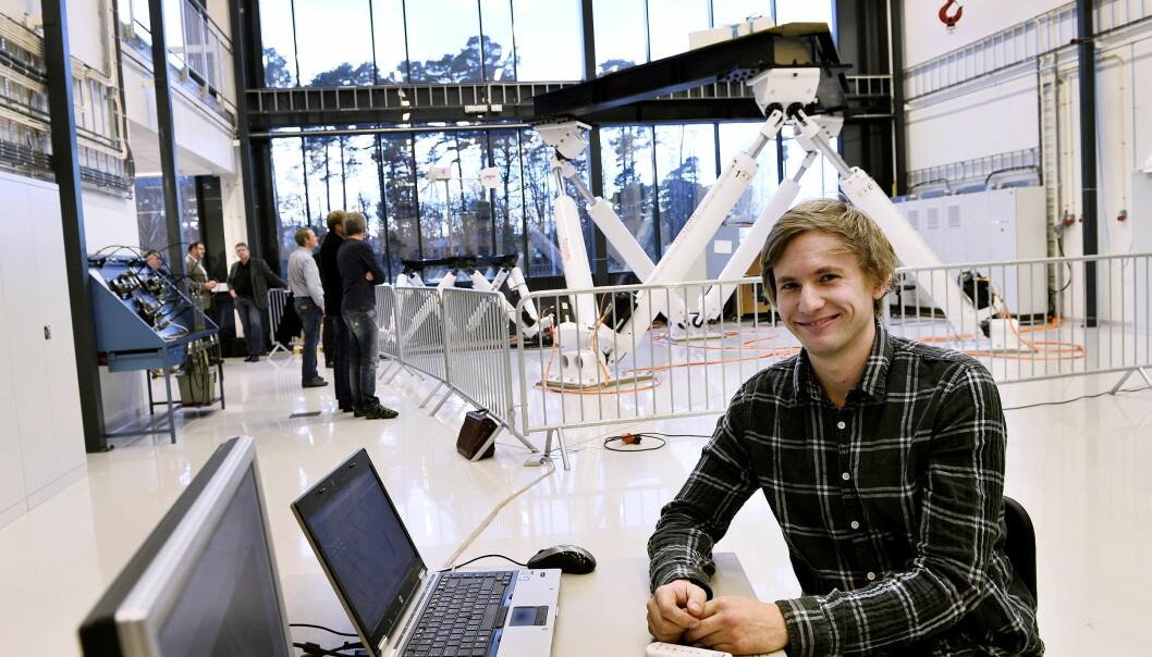 Magnus Berthelsen Kjelland disputerte i november. Her er han i mekatronikklaben med en knekkbomkran i bakgrunnen.  (Foto: Anne Karin Andersen, Agderposten)