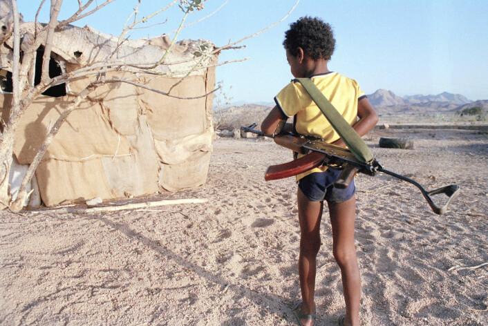 Et barn bærer en kalasjnikovgevær i Afabat i Etiopia, den 23. april 1990, under krigen mellom etiopiske regjeringsstyrker og eritreiske opprørere. Eritrea løsrev seg fra Etiopia og ble en egen stat i 1991. (Foto: Shulz Eppers / AP Photo / NTB scanpix)