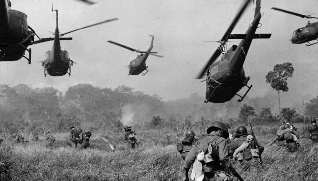 Har menneskeheten vært i krig med seg selv så lenge det har vært sivilisasjon? Dette bildet fra 1965 viser amerikanske kamphelikoptre som gir dekningsild til sør-vietnamesiske tropper, som er på vei til å angripe en Viet Cong-leir nord for Tay Ninh.  (Foto: Horst Faas / AP Photo / NTB scanpix)