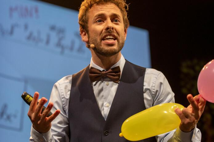 Ben David Norman har en teori han kaller Wonderland. I den utvider universet seg mer som den gule ballongen. (Foto: David Jensen, UiT)