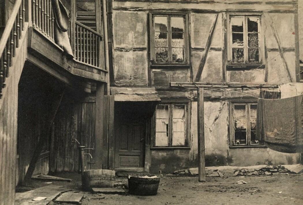 Det var mange fattige i Oslo på begynnelsen av 1900-tallet. Her fra et fattigstrøk i Pipervika i 1925. (Foto: O. Holum/Digitalt Museum. CC BY-SA 4.0)