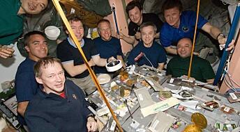 Hva slags bakterier og sopp lever sammen med astronautene på romstasjonen?