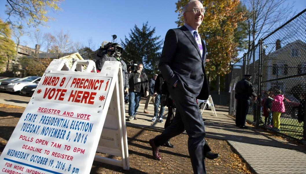 Hillary Clinton fikk flertallet av stemmene i fylkene der de såkalte Ivy League-skolene ligger. Det gjaldt også i Cambridge, Massachusetts, der prestisjeskolen Harvard ligger. Her er jussprofessor Bruce Mann fra Harvard på vei inn i stemmelokalet. (Foto: EPA/Lisa Hornak)