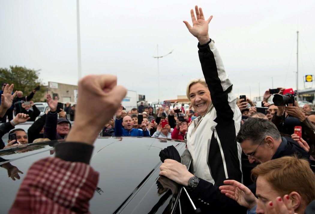 Marine Le Pen leder det franske partiet Nasjonal Front, som nå heter Rassemblement National. I 2017 møtte hun tilhengere i Sør-Frankrike. (Foto: Bertrand Langlois/AFP/NTB scanpix)