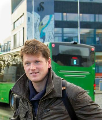 Helge Hillnütter ser i sin doktorgrad nærmere på fotgjengeres tilgang til kollektivtransport. (Foto: Karoline Reilstad, Universitetet i Stavanger)