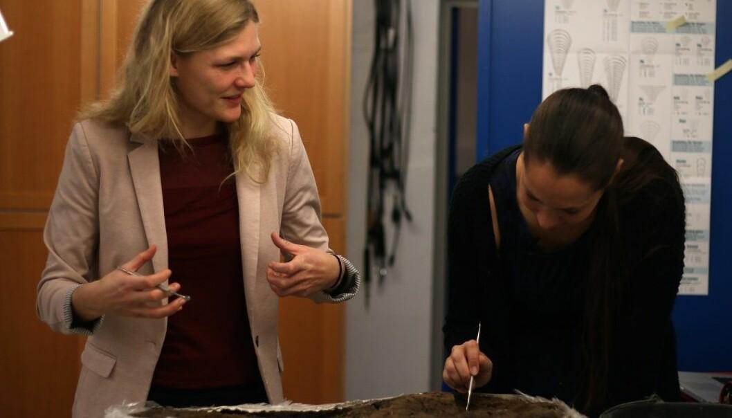 Videnskab.dks journalist fikk være med da arkeolog Nanna Holm (t.h.) åpnet en tusen år gammel verktøykasse fra vikingtiden.  (Foto: videnskab.dk)