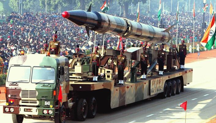 ATOMMAKT: Konflikten mellom India og Pakistan har eskalert i 2019. Siden begge landene har atomvåpen, er utviklingen spesielt bekymringsfull. Her vises våpen frem under en militærparade i India i 2004. (Kilde: Wikimedia Commons, https://bit.ly/2U8Pbvx)