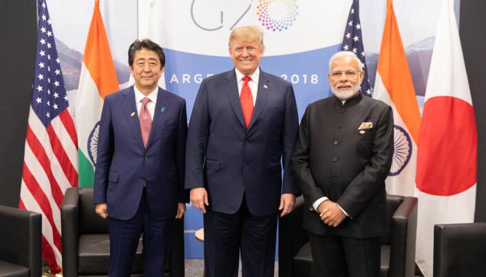 STORMAKTER SAMLET: Indias statsminister, Narendra Modi, sammen med USAs president, Donald Trump, og Japans statsminister, Shinzo Abe, under 620-toppmøtet 30. november 2018. (Kilde: Wikimedia Commons, https://bit.ly/2I7GPmB )