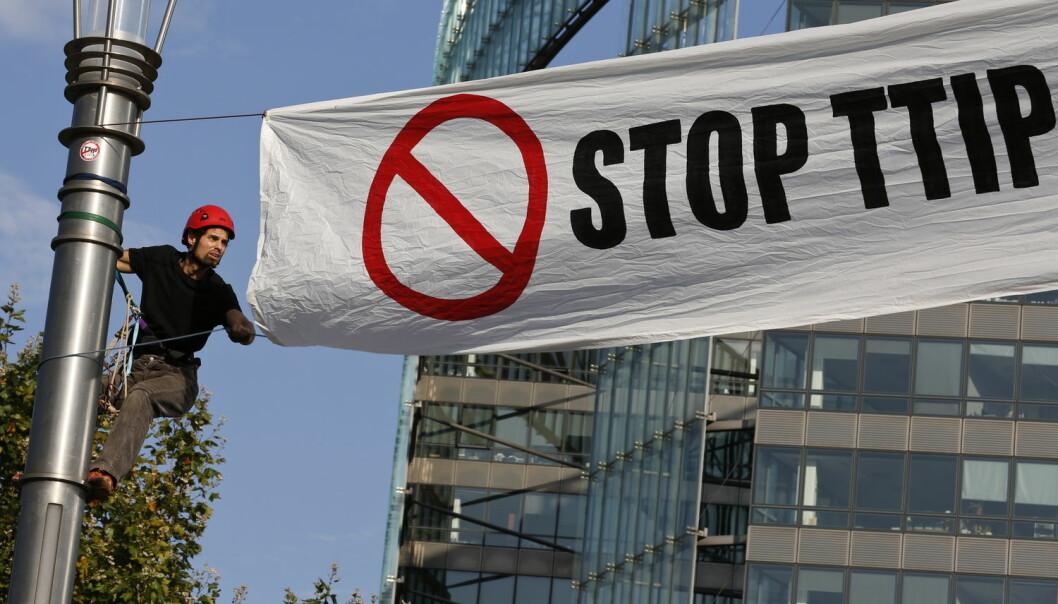 Motstanden mot TTIP har vært kraftig i enkelte land. Her fra en demonstrasjon i Brüssel i september. Handelsavtalen mellom EU og USA får følger også for Norge. Avtalen er ennå ikke ferdig forhandlet, men i forrige uke leverte NUPI en rapporten om konsekvensene for Norge. (Foto: Ye Pingfan, Zuma Press, NTB scanpix)