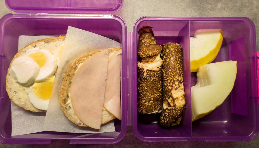 Matpakkefattigdom er å ikke ha den matpakka som passer eller ligner de andres. Illustrasjonsbildet viser matboks med brødskive med egg, skinke, pannekaker og melon. (Foto: NTB scanpix)