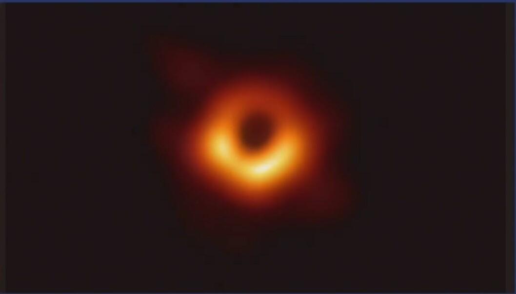 Dette er det første bilde som noen gang er tatt av et sort hull. Det ligger midt i galaksen m87. Det sorte hullet er nesten syv milliarder ganger vår egen sol (Bilde: ESO)